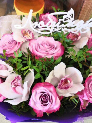 Красивый миксовый букет из роз и орхидей в Янауле