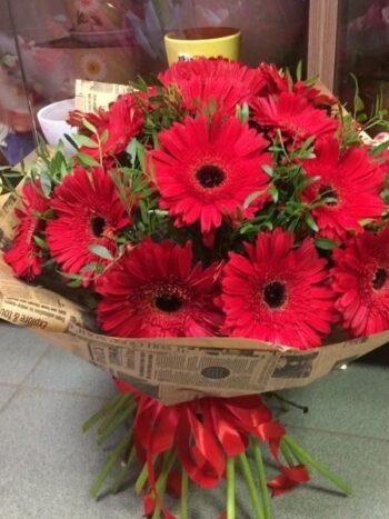 Букет из 29 гербер в красных тонах с доставкой в Янауле