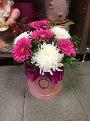 Коробка из белых хризантем, розовых гербер с доставкой в Янауле