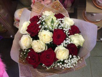 Букет из красно белых роз с доставкой в Янауле
