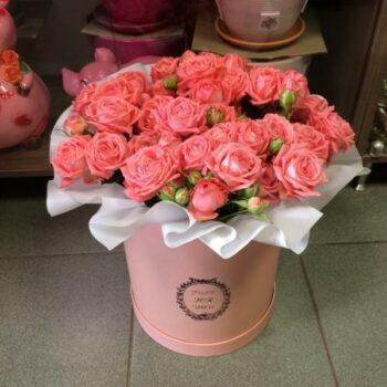 Шляпная коробка из кустовых роз с доставкой в Янауле
