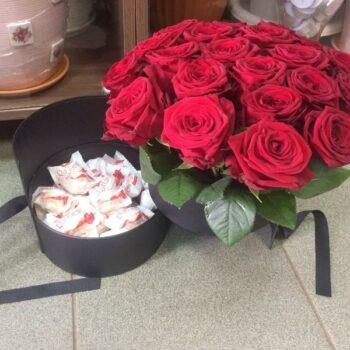 Шляпнаякоробка с красными роза с доставкой в Янауле