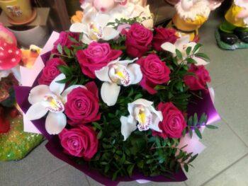 Миксовый букет из орхидей и роз