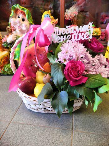 Фруктовая корзина с цветами