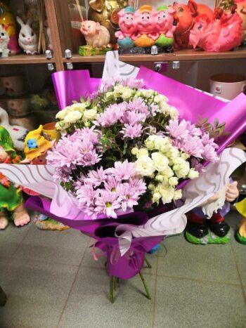 5 кустов хризантем и 3 куста кустовых роз