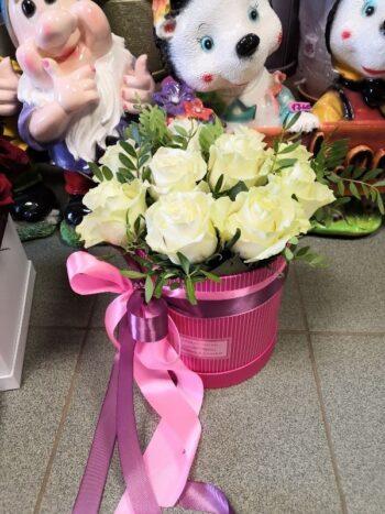 Шляпная коробка из белых роз