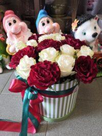 Шляпная коробка из пионовидных роз