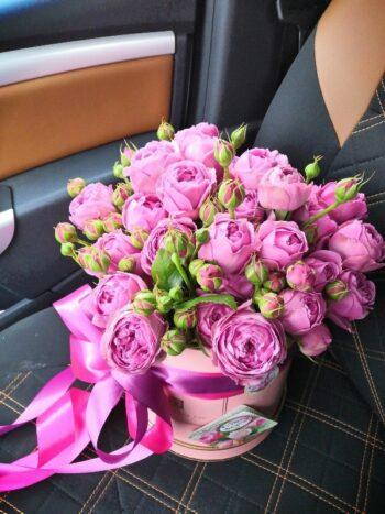 Пионовидные розы в шляпной коробке в Янауле