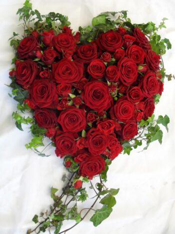 Красные розы в виде сердца