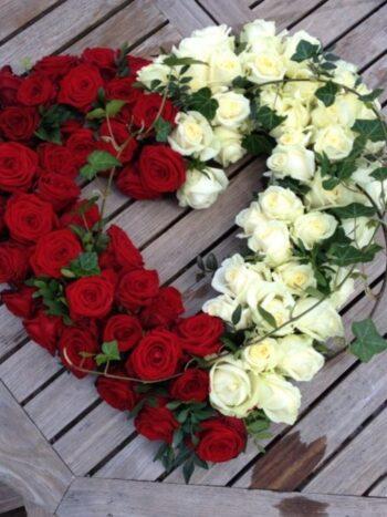 Сердце из белых и красных роз янаул