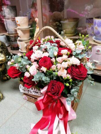 Розы в деревянном ящике янаул